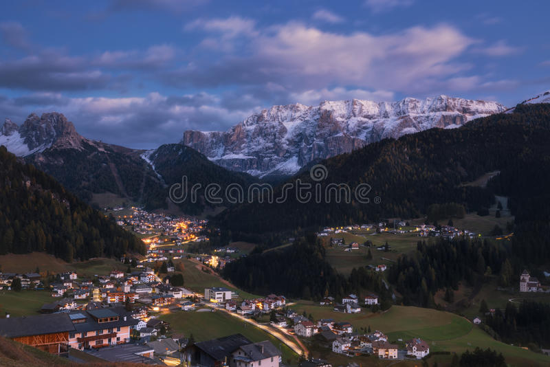 Höstafton i byn av Selva di Val Gardena fotografering för bildbyråer