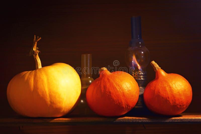 höstbakgrundscloseupen colors orange red för murgrönaleaf Pumpor i en lantlig inre halloween arkivbilder