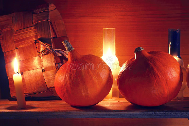 höstbakgrundscloseupen colors orange red för murgrönaleaf Pumpor i en lantlig inre halloween royaltyfri foto
