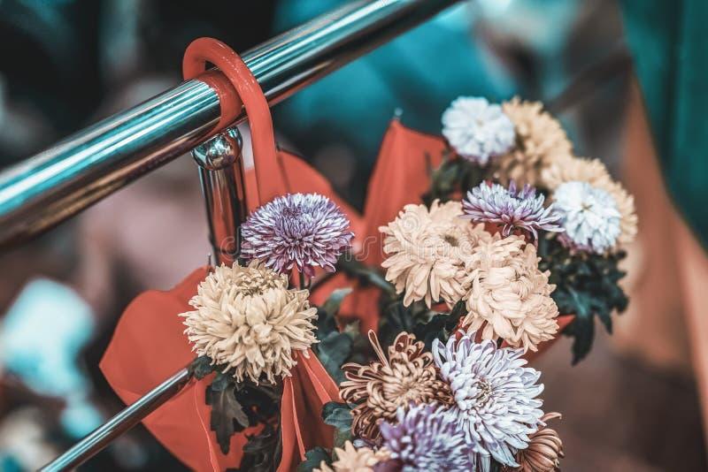 Höstdekor, paraply med nya höstblommor, pittoreska färger av naturen, naturlig bakgrund, verklig plats som är säsongsbetonad royaltyfria foton