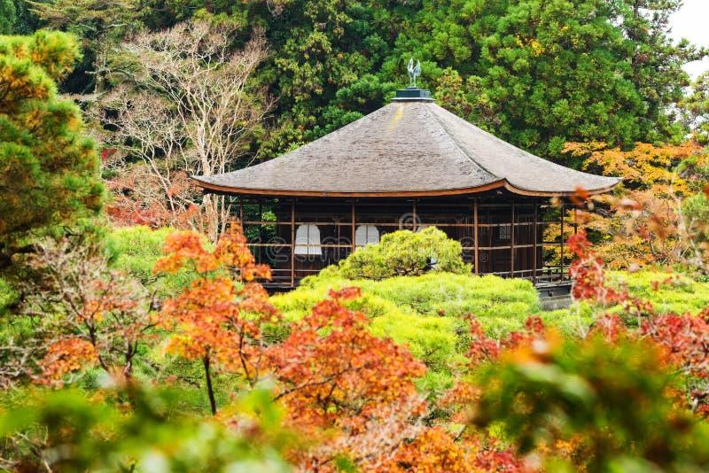 Hösten färgar på silverpaviljongen eller Ginkakuji, Kyoto arkivbilder