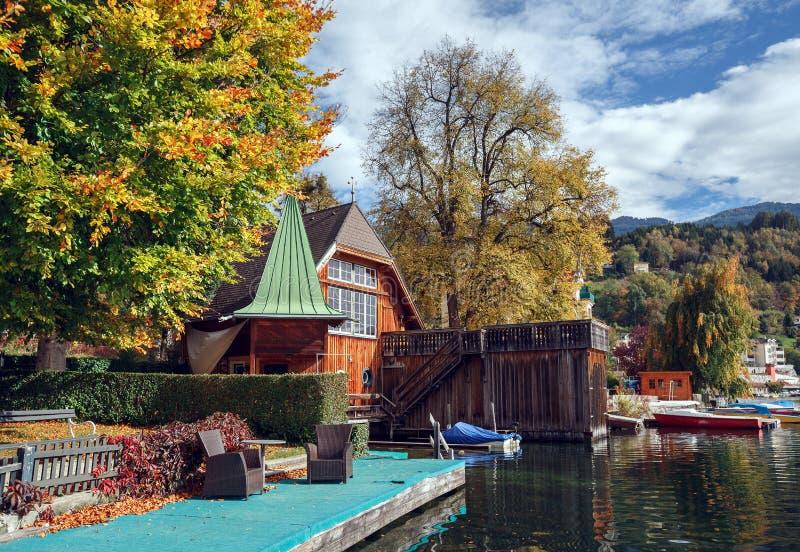 Hösten i staden av Millstatt f.m. ser Fjällängberg, Österrike arkivfoto