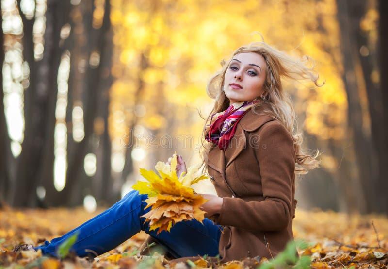 hösten låter vara kvinnabarn arkivfoton