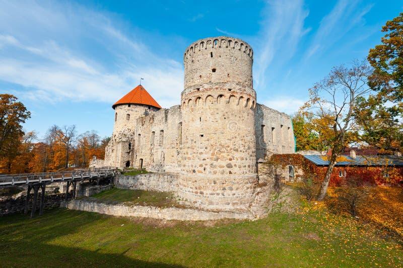 Hösten parkerar med fördärvar av medeltida slott i den Cesis staden, Lettland arkivfoto