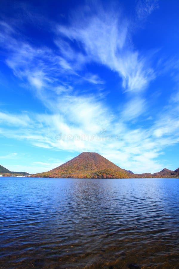 Höstfärger av berget och sjön royaltyfria bilder