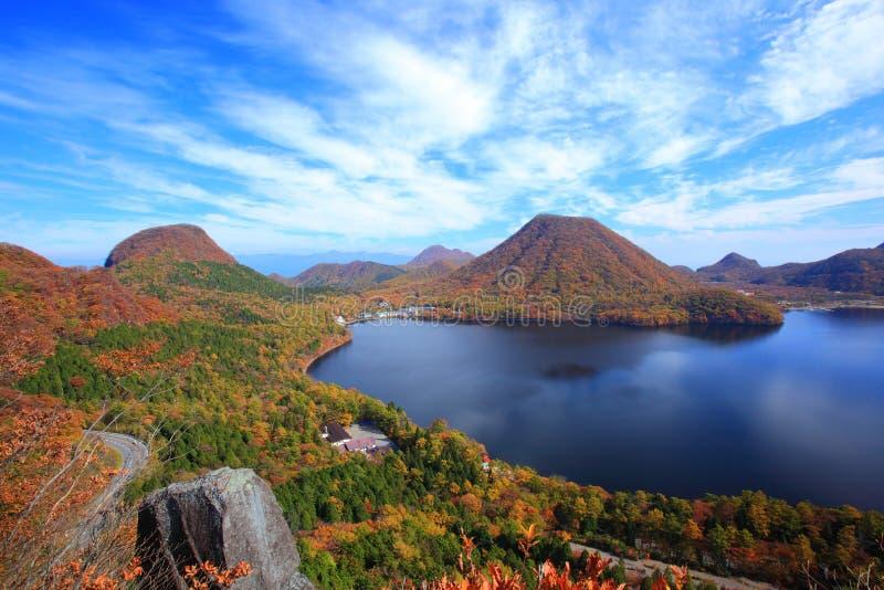 Höstfärger av berget och sjön fotografering för bildbyråer