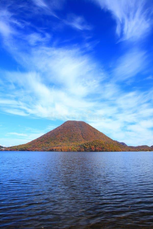 Höstfärger av berget och sjön arkivfoto