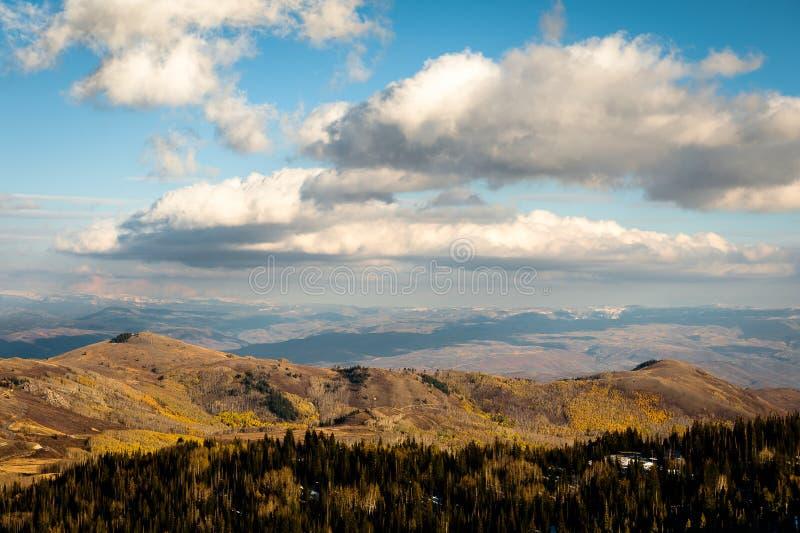 Höstfärger, moln och berg nära Park City, Utah royaltyfri fotografi