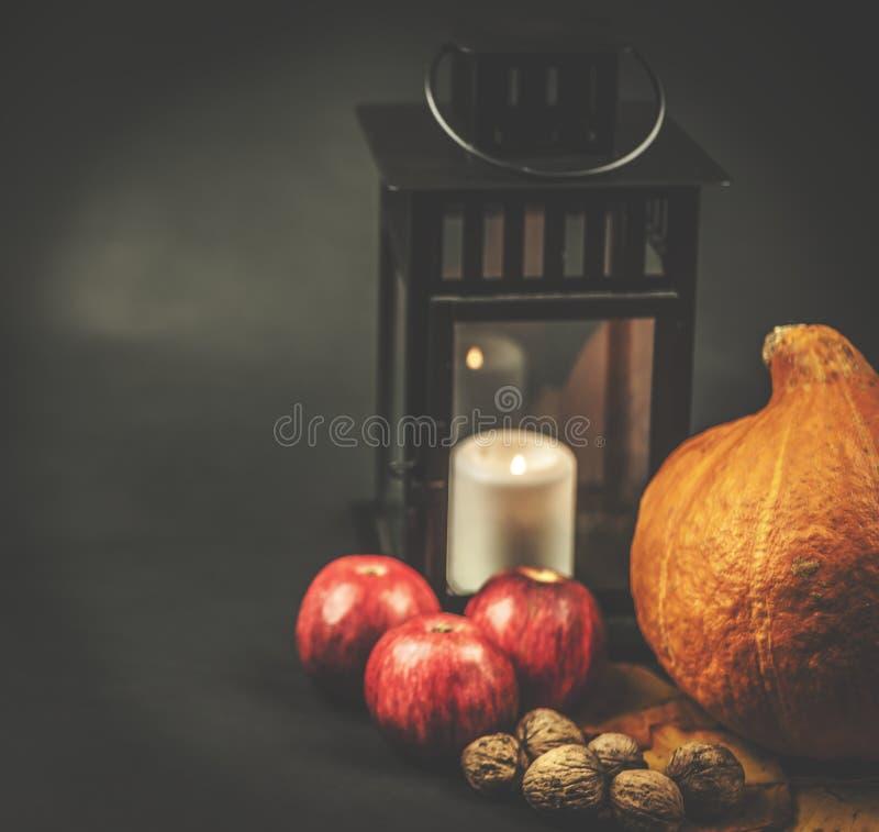 Höstfönsterbrädaliv - pumpa, äpplen, valnötter och sidor på svart bakgrund royaltyfri foto