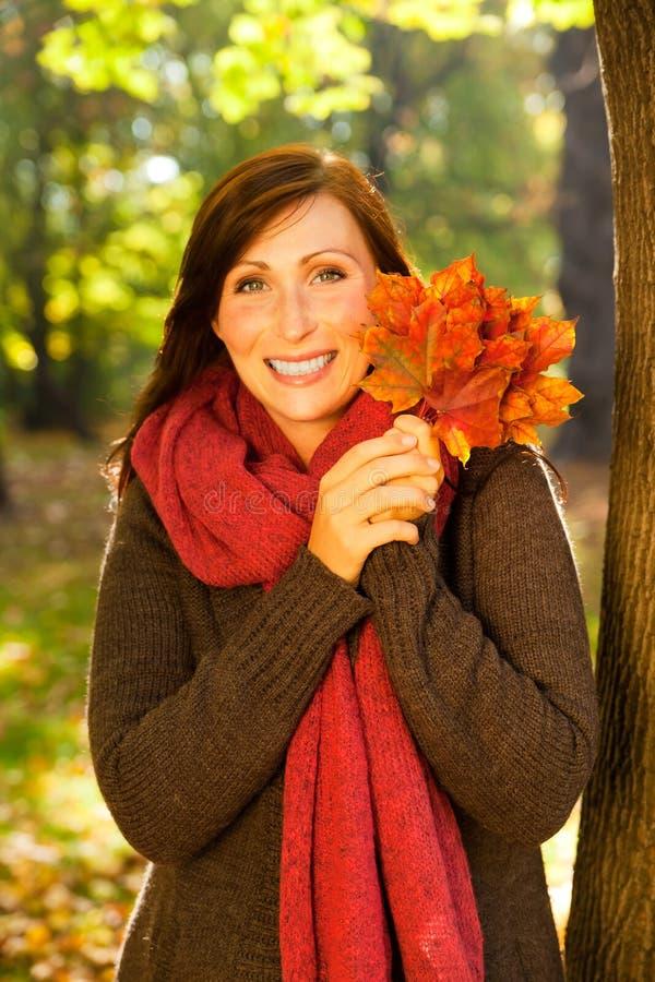 höstfallkvinna fotografering för bildbyråer