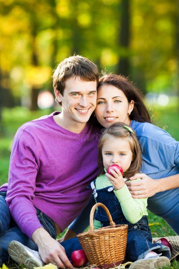 höstfamilj som har picknicken royaltyfria bilder