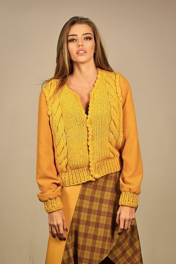 Höstkläder trendig posera kvinna Modemodellen poserar i studion, skönhet royaltyfri fotografi