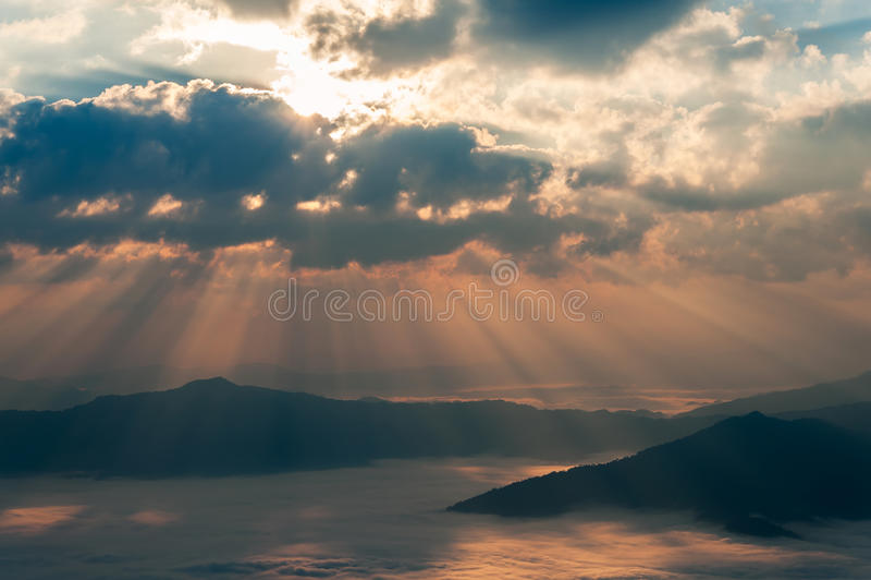 höstkomposit fyra haze sikt för sunbeam för shots för morgonbergbild arkivfoto