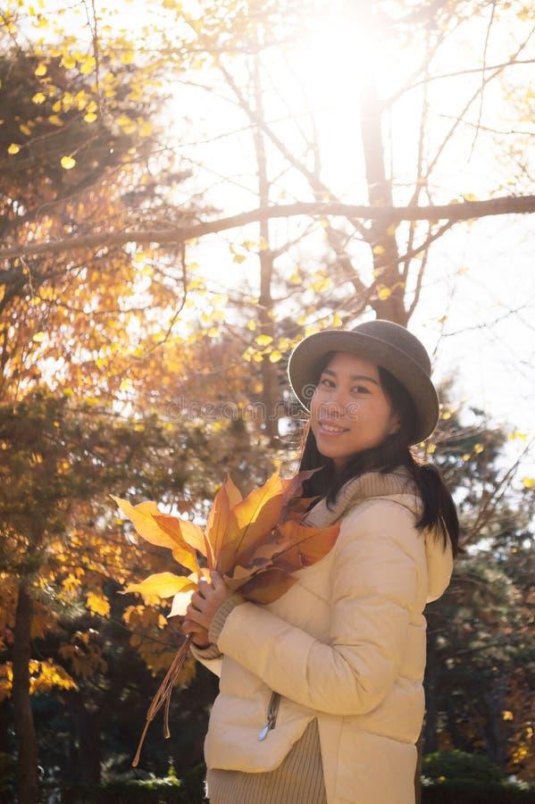 Höstkvinna med gula nedgångsidor 2 royaltyfria bilder