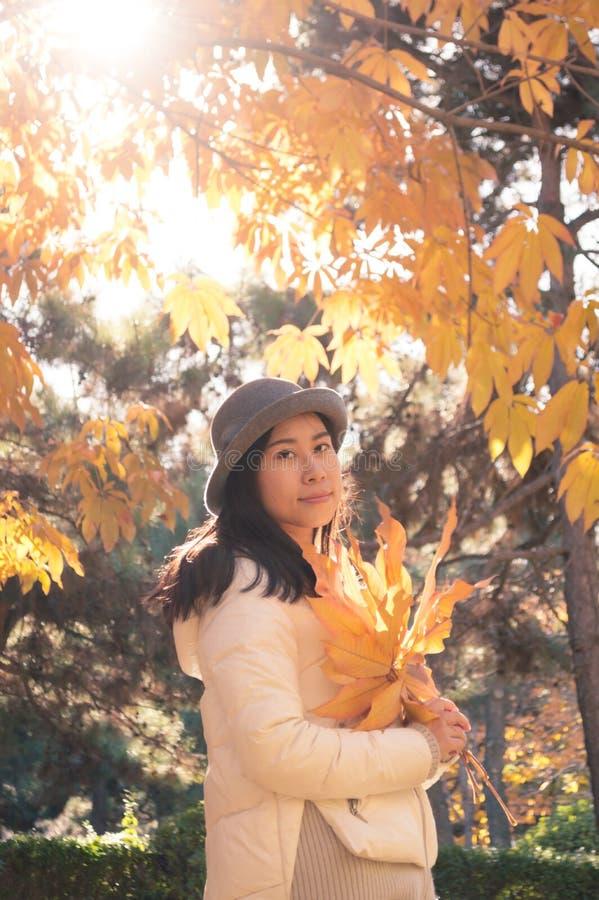 Höstkvinna med gula nedgångsidor 3 royaltyfri fotografi