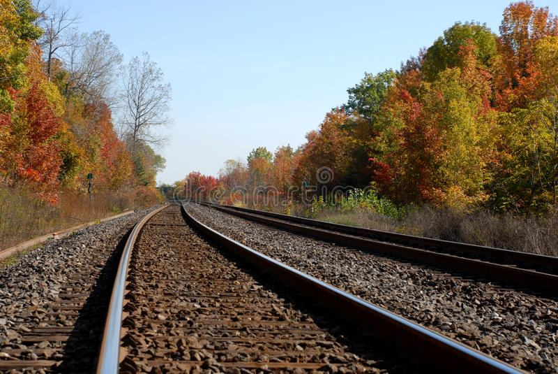 Höstlövverk längs järnvägspår royaltyfri foto