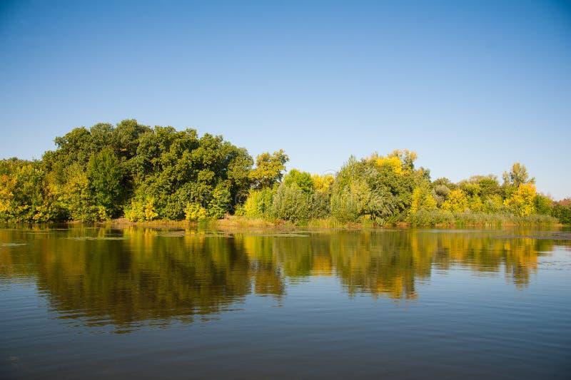 Höstlandskap av floden arkivbild