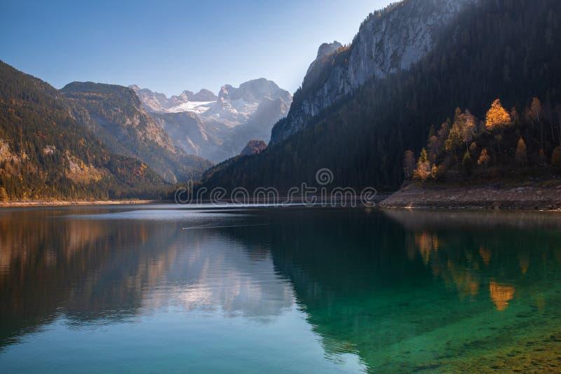 Höstlandskap av Gosausee sjön i Upper Austria royaltyfri bild
