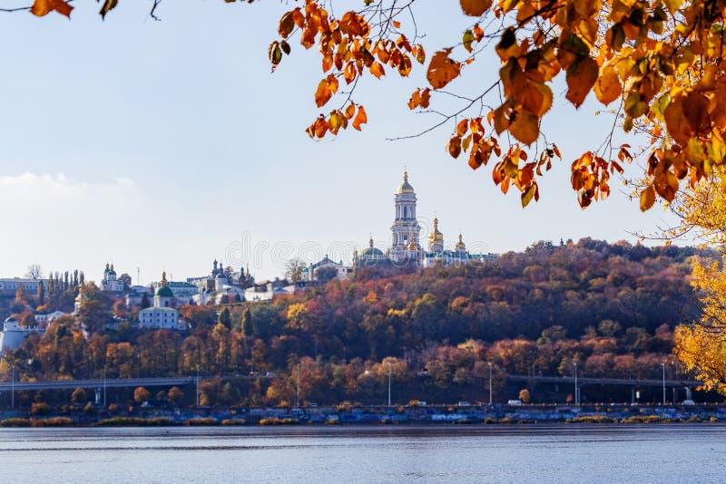 Höstlandskap den Dnieper floden och den högra banken av Kiev royaltyfria bilder