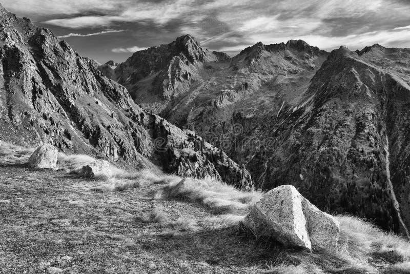 Höstlandskap i Adamello - Presanella alpin grupp i en härlig dag arkivfoton