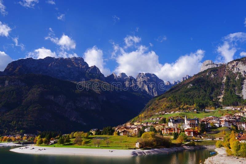 Höstlandskap i Brenta Dolomites, Molveno sjön och comune arkivfoto