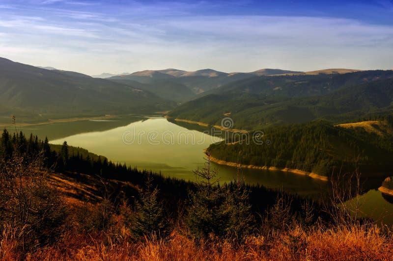 Höstlandskap på Vidra sjön, Rumänien royaltyfri bild