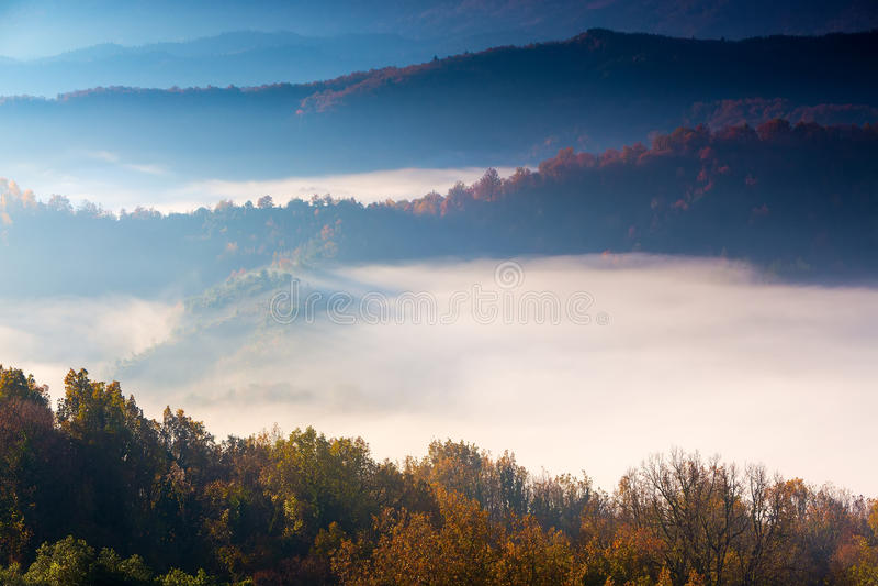 höstlandskap upp tidigt med dimma i Zagorochoria, Epirus Grekland fotografering för bildbyråer