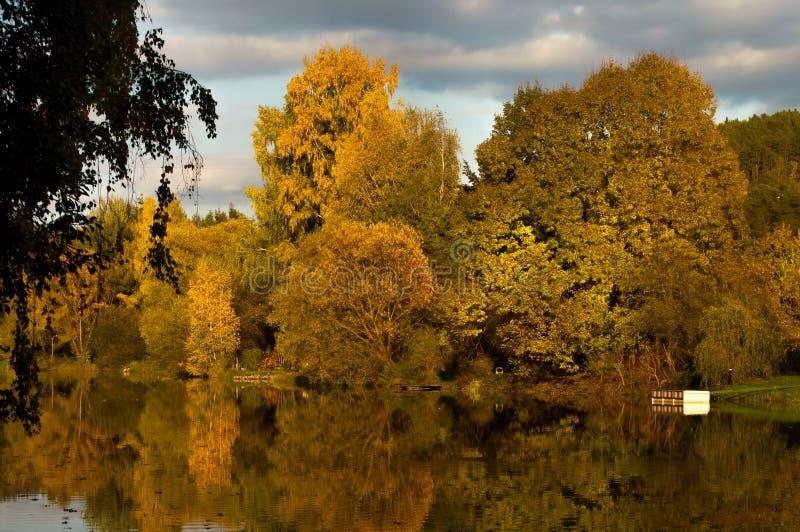 Höstlandskap vid floden arkivfoto