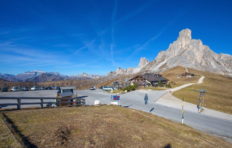 Höstlandskapet på det Giau passerandet med berömda Ra Gusela, Nuvolau når en höjdpunkt i bakgrund, Dolomites, Italien, fotografering för bildbyråer