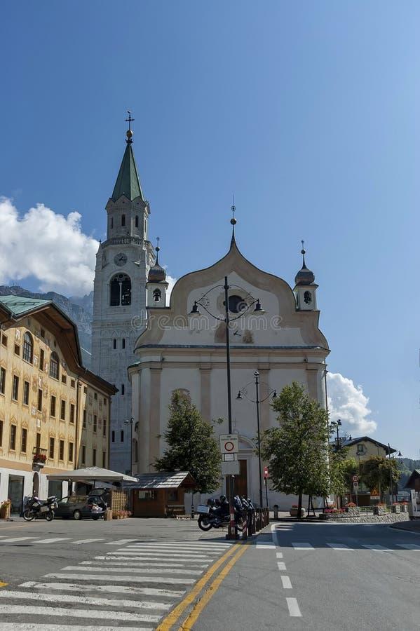 Höstlig corso Italia, kyrkan eller synagoga i stadskärnan av ` Ampezzo, Dolomites, fjällängar, Veneto för Cortina D royaltyfri foto