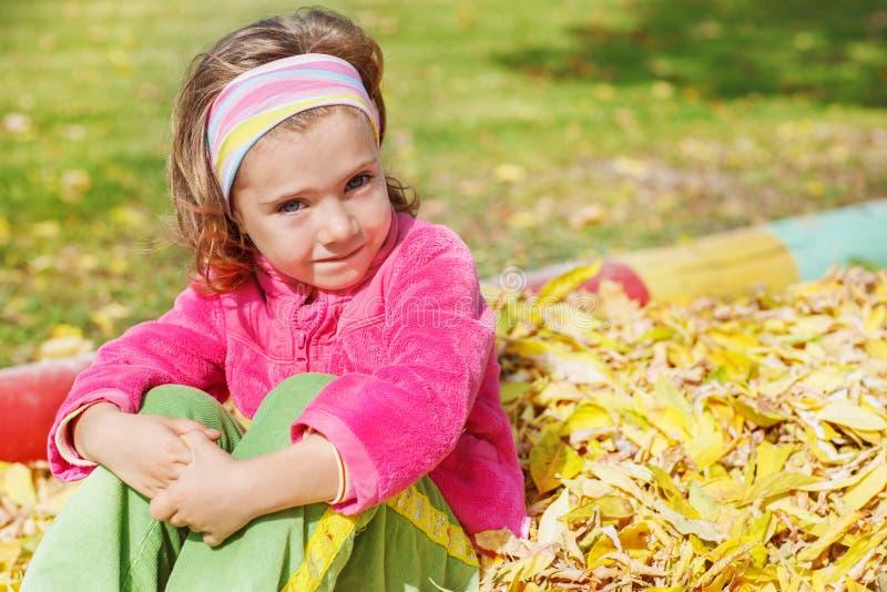 Download Höstlig flicka arkivfoto. Bild av barn, unge, enjoying - 27282796