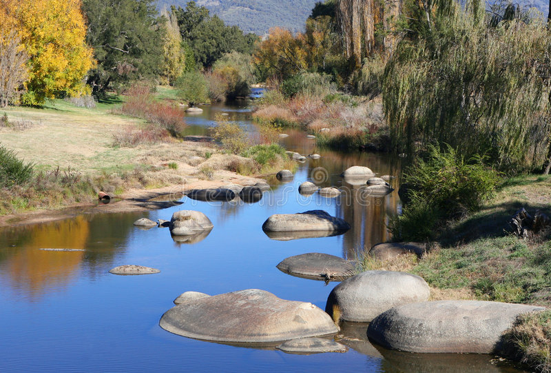 höstlig flod arkivbild