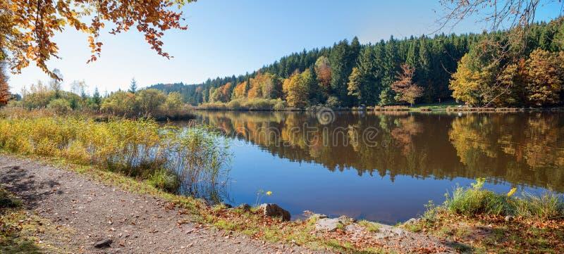Höstlig idyll på sjön för deinigerweiherhed arkivfoto
