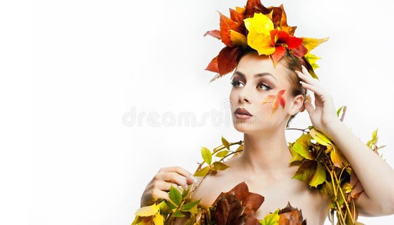 Höstlig kvinna Härlig idérik makeup- och hårstil i skott för nedgångbegreppsstudio Flicka för skönhetmodemodell med nedgångmakeup arkivbild