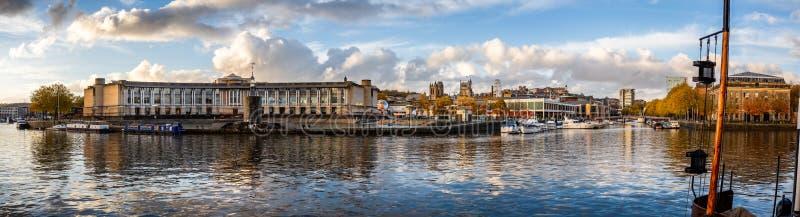 Höstlig panorama för Bristol cityscape in mot domkyrkan från hamnen som tas i Bristol, Avon, UK fotografering för bildbyråer