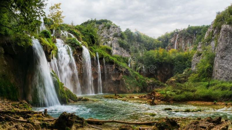 Höstlig sikt av härliga vattenfall i Plitvice sjönationalpark arkivfoto