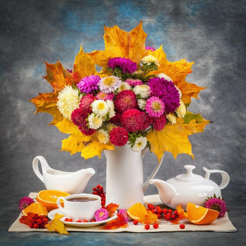 höstlivstid fortfarande Blomma, frukt och grönsaker arkivfoto