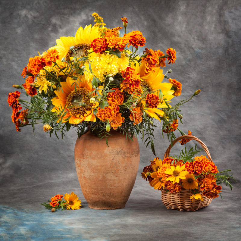 höstlivstid fortfarande Blommor på bordlägga arkivbilder