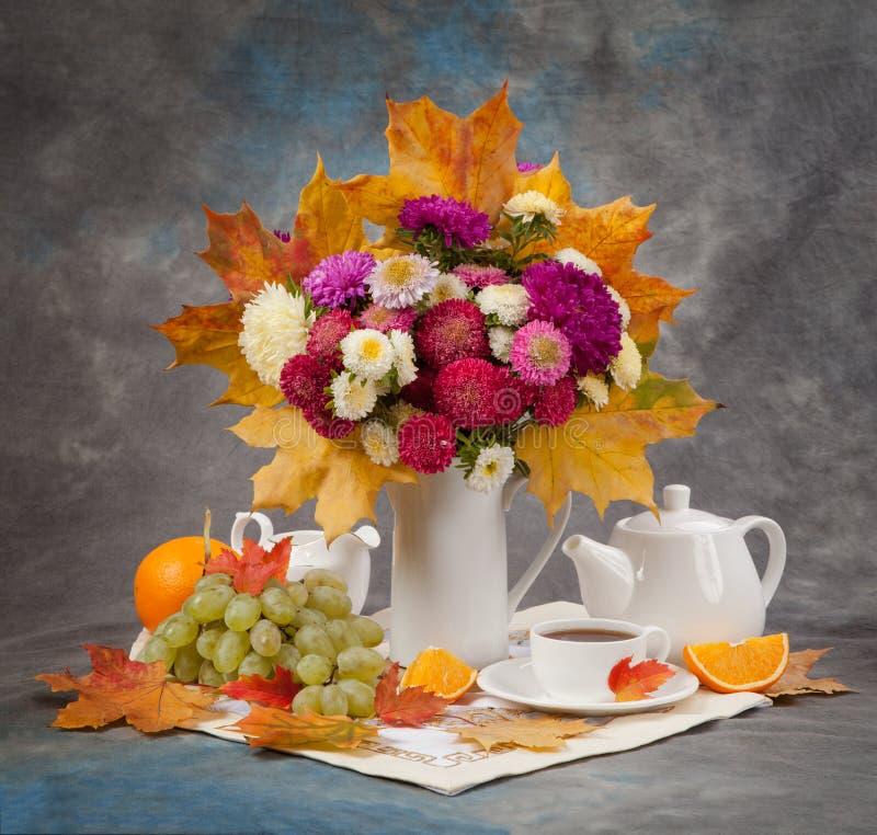 höstlivstid fortfarande Te, blomma och gulingsidor royaltyfria bilder
