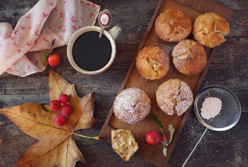 Höstlynne: äpplemuffin och kaffe fotografering för bildbyråer