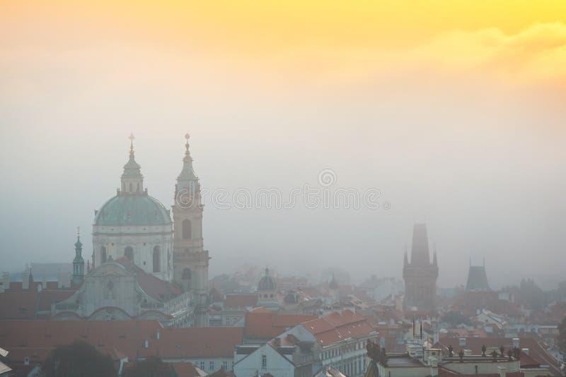 Höstmorgon i Prague arkivbilder