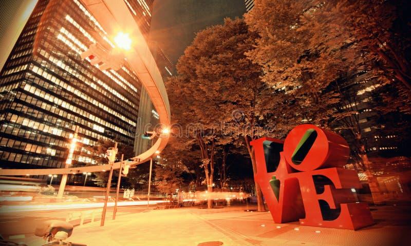 Höstnattfotoskott av FÖRÄLSKELSEskulptur i staden av Shinjuku Tokyo Japan arkivfoto