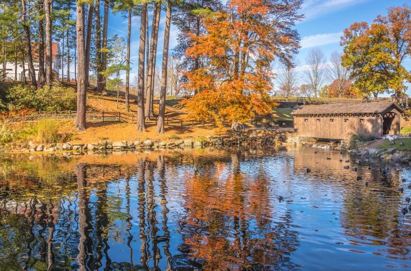 Höstnaturplats med den härliga sjön arkivfoton
