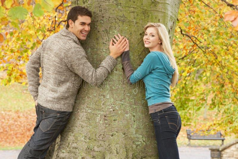 höstpar parkerar den romantiska tonårs- treen arkivfoto