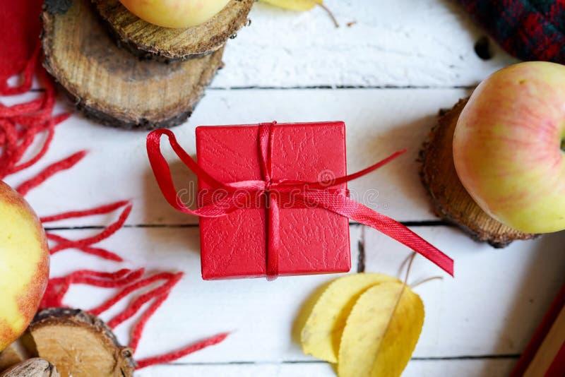 Höstram med gåvan, höstsidor, äpplen på vit träbakgrund B?sta sikt, lekmanna- l?genhet royaltyfria bilder