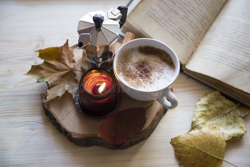 Höstsammansättning med kaffe, cappuccino med kanel som vädras royaltyfri fotografi