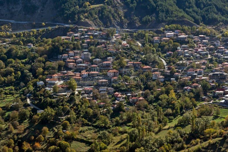 Höstsikt av byn av Anilio nära stad av Ioannina, Epirus region, Grekland royaltyfri bild