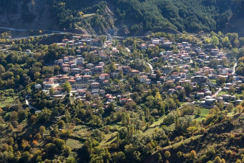 Höstsikt av byn av Anilio nära stad av Ioannina, Epirus region, Grekland royaltyfria foton
