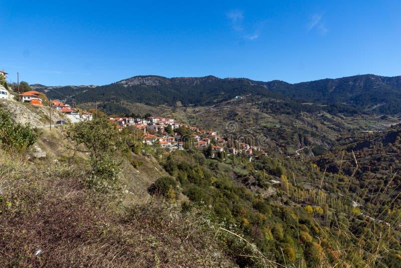 Höstsikt av byn av Metsovo nära stad av Ioannina, Epirus region, Grekland royaltyfri fotografi