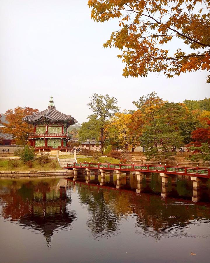 Höstsikt av den Hyangwonjeong paviljongen på den Gyeongbokgung slotten royaltyfri bild